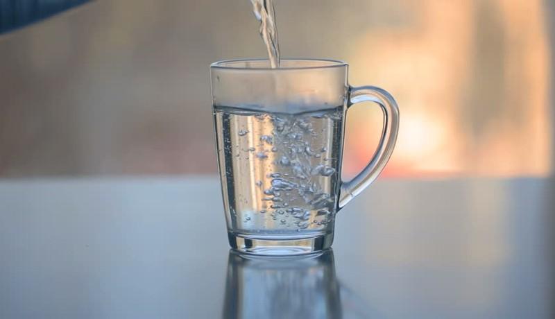 7 Manfaat Minum Air Putih Hangat, Bisa Menurunkan Berat Badan